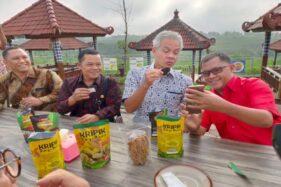 Gubernur Jawa Tengah, Ganjar Pranowo (dua dari kanan) bersama Suparno (kanan) mencicipi makanan ringan di Tempat Wisata Kitagawa Pesona Bali, Patoman RT 002/RW 004, Kayuloko, Sidoharjo, Wonogiri, Rabu (19/2/2020). (Solopos/Rudi Hartono)