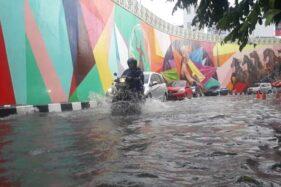 Air menggenang di jalan sisi barat flyover Manahan Solo, Selasa (25/2/2020). (Solopos-Nicolous Irawan)