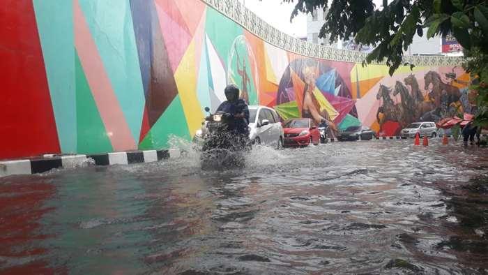 Foto-Foto Genangan Air di Jalan Barat Flyover Manahan Solo