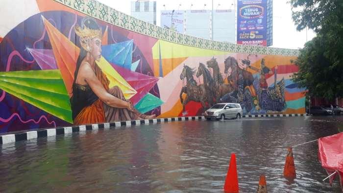 Jalan sisi barat flyover Manahan Jl. Adisucipto, Banjarsari, Solo, Selasa (25/2/2020) siang, tergenang air saat hujan deras. (Solopos-Nicolous Irawan)