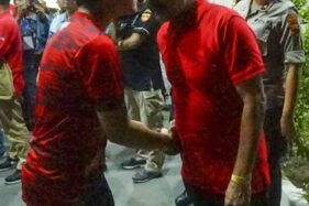Gibran Rakabuming Raka dan FX Hadi Rudyatmo (Rudy) bertemu di luar Stadion Manahan, Solo, Sabtu (15/2/2020) malam. (Istimewa/Tim Gibran)
