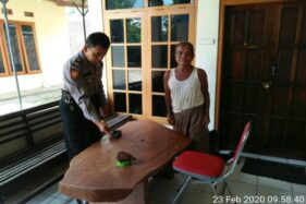 Polisi menunjukkan benda diduga granat nanas di Mapolsek Slogohimo, Wonogiri, Minggu (23/2/2020). (Istimewa/Humas Polres Wonogiri)
