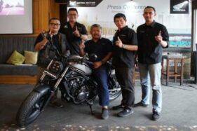 Direksi Astra Motor Jateng berpose dengan motor Honda Rebel seri terbaru saat acara peluncuran di sebuah kafe di Kota Semarang, Rabu (26/2/2020). (Semarangpos.com-Imam Yuda S.)
