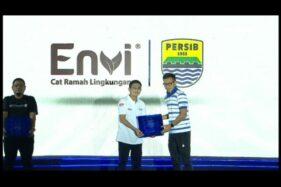 GM Sales PT Indaco Warna Dunia, Suharto Tjandra Kusuma (kedua kanan), menerima plakat mitra Persib Bandung dari PT Persib Bandung Bermartabat, Teddy Tjahjono, di Bandung, Selasa (25/2/2020) malam. (Istimewa)