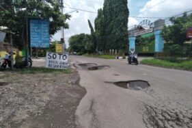 Pengendara sepeda motor melintas di Jl. Embarkasi Haji, Gagaksipat, Ngemplak, Boyolali, Selasa (18/2/2020). (Solopos/Bayu Jatmiko Adi)