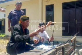 Sejumlah pegawai memandikan atau menjamas koleksi pusaka Museum Purbakala Grobogan, Jumat (14/2/2020). (Murianews-Dani Agus)