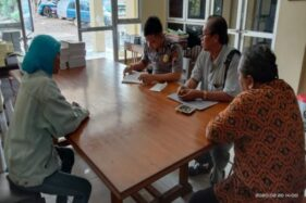 Suwarti (berjilbab, kiri) melaporkan kasus perundungan terhadap dirinya ke Polres Sragen, Kamis (20/2/2020). (Istimewa/Formas)
