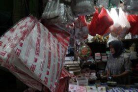 Kantong plastik tersedia di sebuah kios pedagang pasar di Jakarta, Senin (15/7/2019). (Bisnis-Himawan L Nugraha)