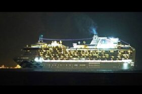 Kapal pesiar Diamond Princess di pelabuhan Yokohama pada Senin (3/2/2020). (Bloomberg)