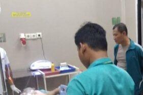 Kapolsek Kota Kudus AKP Khoirul Naim menjenguk korban tersetrum listrik yang tengah dirawat di RSUD Loekmono Hadi Kudus, Jawa Tengah, Sabtu (15/2/2020). (AntaraHumas RSUD Loekmono Hadi Kudus)