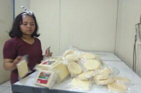 Karyawan Keju Indrakila menunjukkan keju jenis camembert yang berlapis jamur di tokonya di Desa Karanggeneng, Kecamatan Boyolali Kota, Kabupaten Boyolali, Jateng, Selasa (18/2/2020). (Solopos- Nadia Lutfiana Mawarni)