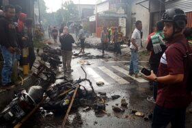 Kerusuhan suporter di Blitar saat laga Persebaya Surabaya melawan Arema FC di ajang Piala Gubernur Jatim. (Antara-Irfan Anshori)