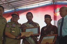 Dua warga Turi, Kodir (ketiga dari kiri) dan Sudiro (kedua dari kanan) mendapat penghargaan dari Kemensos, Selasa (25/2/2020) atas aksi heroik membantu siswa SMPN 1 Turi yang hanyut saat susur sungai Sempor, Jumat pekan lalu. (Suara.com)