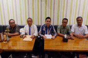 Tim pengacara Yunantyo Adi Setiawan dari DEI Keadilan saat menggelar jumpa pers di sebuah kafe di Semarang, Rabu (26/2/2020). (Solopos.com-Imam Yuda S.)