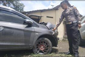 Kanitlaka Satlantas Polresta Solo, Iptu Adis Dani Garta, menunjukkan ban bagian depan mobil yang pecah setelah menabrak median Jl. Adi Sucipto di Mako Satlantas Polresta Solo, Senin (17/2/2020) siang. (Solopos-Ichsan Kholif Rahman)