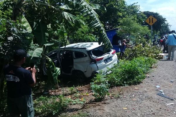 Kecelakaan Karambol di Madiun, 2 Mobil Ringsek Sosor Pohon Pisang