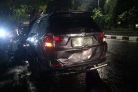 Mobil Honda Mobilio yang terlibat kecelakaan di Jl. Adisucipto sebelah barat flyover Manahan, Solo, Minggu (16/2/2020) malam. (Solopos/M. Khodiq Duhri)