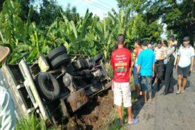 Anggota Polsek Baturetno dan warga mengevakuasi truk yang terguling di Dusun Keren Baru RT 001/RW 007, Desa Setrorejo, Baturetno, Wonogiri, Jumat (21/2/2020). (Istimewa/Polsek Baturetno)