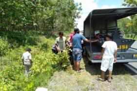 Anggota Polsek Pracimantoro dan warga sekitar mengevakuasi korban kecelakaan di Jalan Raya Pracimantoro-Giritontro, Desa Sambiroto, Pracimantoro, Wonogiri, Selasa (18/2/2020). (Istimewa/Polres Wonogiri)