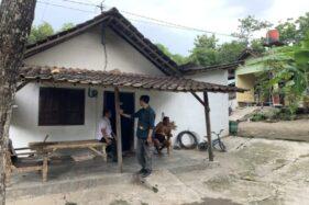 Kades Bolon, Mulyanto, berbincang dengan warga Pulorejo RT 004/RW 006, Temuran, Bolon, Colomadu, Karanganyar, yang baru memasang instalasi listrik, Rabu (19/2/2020). (Solopos/Candra Mantovani)