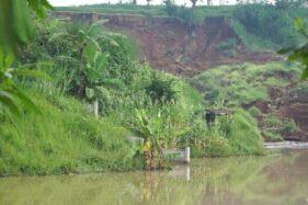 Tanah longsor di dekat Tol Cipularang. (Detik.com)