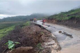 Jalan Balong-Lempong Jenawi Karanganyar Ambles, Lalu Lintas Lumpuh