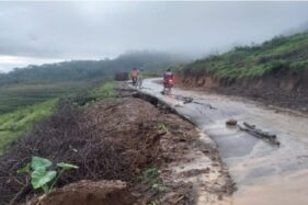 Jalan penghubung Desa Balong ke Desa Lempong, Jenawi, Karanganyar, lumpuh akibat tanah ambles sedalam 20 meter. Hingga Rabu (19/2/2020), jalan tersebut ditutup. (Istimewa/BPBD Karanganyar)