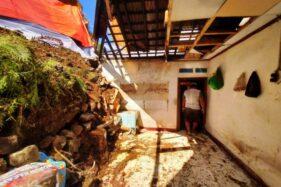 Masyarakat bekerja bakti membersihkan material longsor di Dusun Badan RT 004/RW 004, Kemuning, Ngargoyoso, Karanganyar, Kamis (27/2/2020). (Solopos/Candra Mantovani)