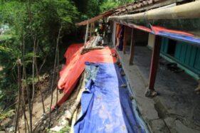 Warga memasang terpal di tanah yang longsor di lereng Bukit Sidoguro, Desa Krakitan, Kecamatan Bayat, Klaten, Senin (17/2/2020). (Solopos/Taufiq Sidik Prakoso)