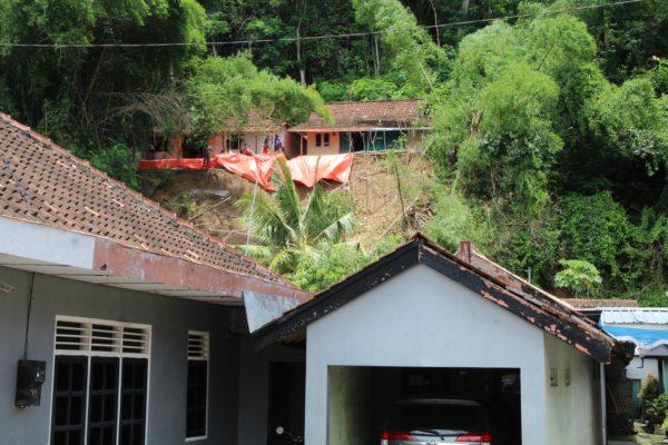 Rumah di lereng Bukit Sidoguro, Bayat, Klaten, yang terancam longsor, Senin (17/2/2020). (Solopos/Taufiq Sidik Prakoso)