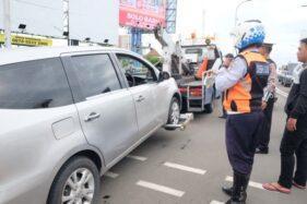 Petugas Patroli Dishub Solo menderek mobil mogok di flyover Manahan, Solo, Kamis (20/2/2020). (Solopos/Wahyu Prakoso)