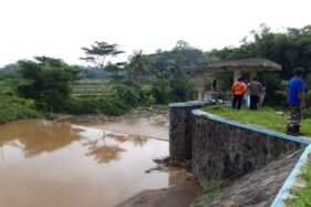 Tim SAR memantau aliran Kali Pepe di Dukuh Muning, Desa Dlingo, Mojosongo, Boyolali, Rabu (12/2/2020) pagi. (Solopos/Nadia Lutfiana Mawarni)