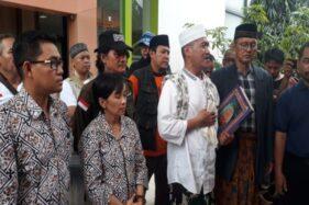 Pasangan calon independen Pilkada Solo 2020, Alam, menyerahkan Alquran kepada komisioner KPU Solo, Jumat (21/2/2020). (Solopos/Nicolous Irawan)