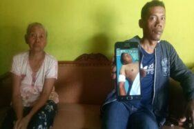 Suroto, 40, menunjukkan foto adiknya Hendro Prasetyo yang terkena peluru nyasar polisi di Masaran, Sragen, Rabu (26/2/2020). (Solopos/Moh. Khodiq Duhri)