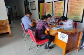 Petugas (deret kanan) melayani warga yang mendaftar ikut seleksi PPS Pilkada Wonogiri di Kantor KPU Wonogiri, Selasa (25/2/2020). (Solopos/Rudi Hartono)