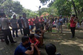 Koordinator korban pembelian motor, S. Jadi, berbicara melalui pengeras suara kepada seratusan korban pembelian motor di Taman Krido Anggo Sragen, Rabu (12/2/2020). (Solopos/Tri Rahayu)