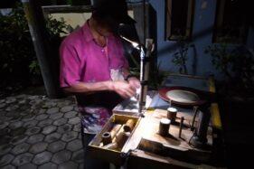 Kisah Widodo, 40 Tahun Jualan Putu Bambu Keliling di Karanganyar
