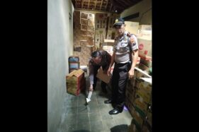 Petugas Polsek Ngadirojo melakukan olah TKP di Usaha Dagang (UD) Bangkit, jalan Wonogiri-Ngadirojo, Ngadirojo Lor, Ngadirojo, Wonogiri, Jumat (28/2/2020). (Istimewa)