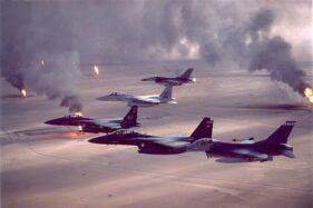 Pesawat tempur AS melintasi kilang minyak yang terbakar di Kuwait pada masa Perang Teluk I. (Wikipedia.org)