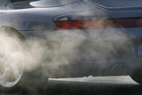 Ilustrasi asap dari knalpot mobil. (Reuters)