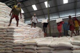 Pekerja mengangkut pupuk untuk dikirim ke distributor dari gudang PT Petrokimia Gresik di Kecamatan Gurah, Kabupaten Kediri, Jawa Timur. (Antara)