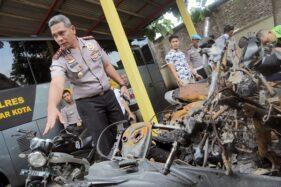 Kapolres Blitar Kota AKBP Leonard M. Sinambela (Kiri) memeriksa bangkai kendaraan yang terbakar akibat kerusuhan antar suporter sepakbola di Mapolres Blitar Kota, Jawa Timur, Rabu (19/2/2020). (Antara/Irfan Anshori)