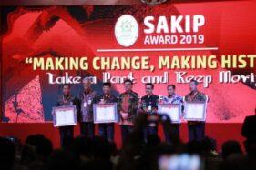 Bupati Wonogiri, Joko Sutopo (kiri), menerima plakat nilai SAKIP 2019 dari Menteri PAN RB, Tjahjo Kumolo, di Hotel Tentrem, Jogja, Senin (24/2/2020)).Bupati Wonogiri, Joko Sutopo (kiri), menerima plakat nilai SAKIP 2019 dari Menteri PAN RB, Tjahjo Kumolo, di Hotel Tentrem, Jogja, Senin (24/2/2020)).