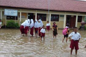 Banjir merendam halaman SDN 3 Ngasinan, Bulu, Sukoharjo, Senin (17/2/2020). (Solopos/Indah Septiyaning Wardani)