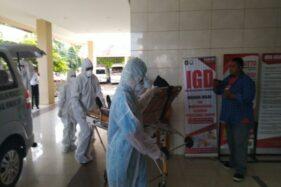 Tim medis dari RSUD dr. Soediran Mangun Sumarso Wonogiri mengenakan pakaian khusus dalam simulasi penanganan pasien virus Corona di rumah sakit setempat, Kamis (6/2/2020). (Solopos/Cahyadi Kurniawan)
