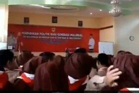 Tangkapan layar video pelajar SMA di Sukoharjo mengikuti sosialisasi politik yang diduga disisipi kampanye cabup-cawabup, Jumat (21/2/2020). (Istimewa/Twitter @RikaSudjiman)