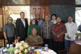 Dubes Bosnia-Herzegovina untuk Indonesia, Mehmed Halilovi? (berdiri kedua dari kiri), berfoto bersama Direksi PR Sukun, H.  Tas'an Wartono (duduk), dan anggota keluarga besar Wartono. (Semarangpos.com-PR Sukun)