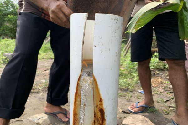 Warga Dusun Ngrawan RT 006/RW 001, Krendowahono, Gondangrejo, Karanganyar, menunjukkan air dari sumur yang bisa disulut api, Selasa (11/2/2020). (Solopos/Candra Mantovani)