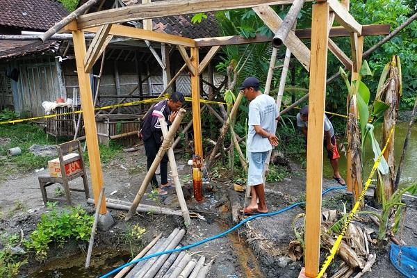 Masyarakat yang penasaran mengunjungi sumur yang mengeluarkan api yang bisa dibakar di Dusun Ngrawan, Krendowahono, Gondangrejo, Karanganyar Jumat (15/2/2020). (Istimewa/Kades Krendowahono)
