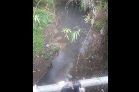 Air Sungai Kemasan berubah jadi hitam dan berbau diduga karena tercemar limbah, Rabu (26/2/2020). (Solopos/Indah Septiyaning W.)